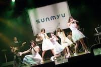 さんみゅ~はオリジナル曲のほか、80年代アイドルのヒット曲を披露する。キャッチフレーズは「純白アイドル」