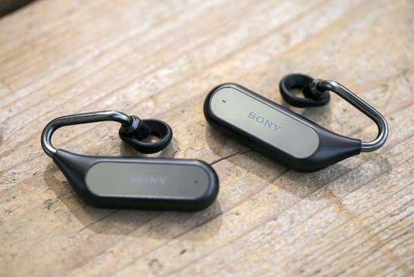 ちょっと変わった形をした「Xperia Ear Duo」。耳に装着する部分は空洞で、音導管を通して流れてくる音楽を聴く。重量は片側約10.6グラム。カラーは写真のブラック以外にゴールドがある。直販価格2万9880円(税別)