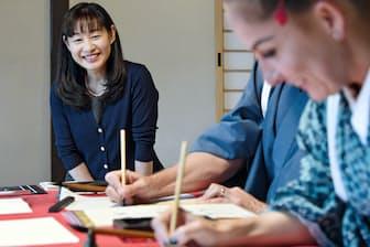 okeiko Japan社長の橋口栄さんは広島に来た訪日客を的に書道教室を始めた