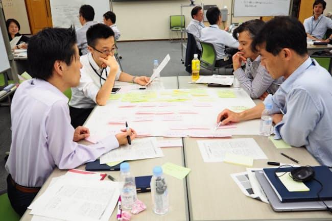昭和シェル石油は管理職向けセミナーで、子育て中の社員の戦力化について部長・課長が議論した(東京都港区の本社)