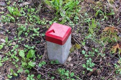 境界標(写真)は土地の境界線を明確に?#24037;毪Δà?#37325;要。赤色部分の矢印の先が境界点だ=PIXTA