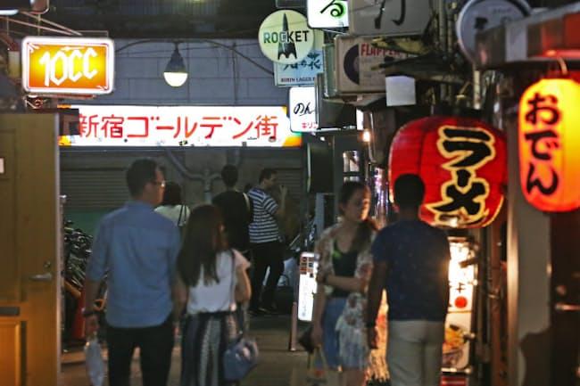 新宿ゴールデン街でも多くの店が受動喫煙防止条例への対応を迫られる(東京都新宿区)