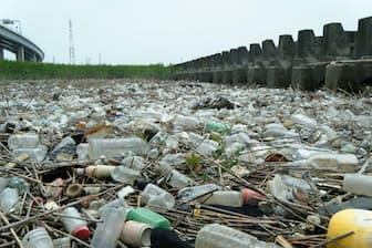 東京・荒川の河岸にあふれたプラスチックごみ(2016年5月撮影、東京農工大の高田秀重教授提供)