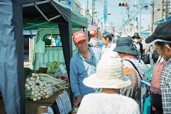 軽トラ市は生産者と消費者のお互いの顔が見え、会話しながら買い物を楽しむことができる