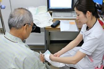 尿漏れの程度に合わせ男性用尿漏れパッドなどの利用法も指導する=東京医科大学病院提供