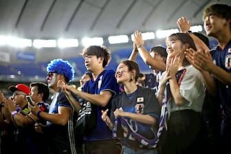 コロンビア戦の勝利で一気にファンの熱気が高まった(6月19日に都内であったパブリックビューイング)=ロイター