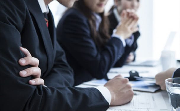 模擬記者会見は厳しい質疑応答で緊張感を経験する