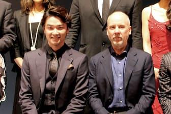 『ナイツ・テイル-騎士物語-』は7月27日~8月29日、東京・帝国劇場にて上演。製作発表会見で、左から井上芳雄、ジョン・ケアード
