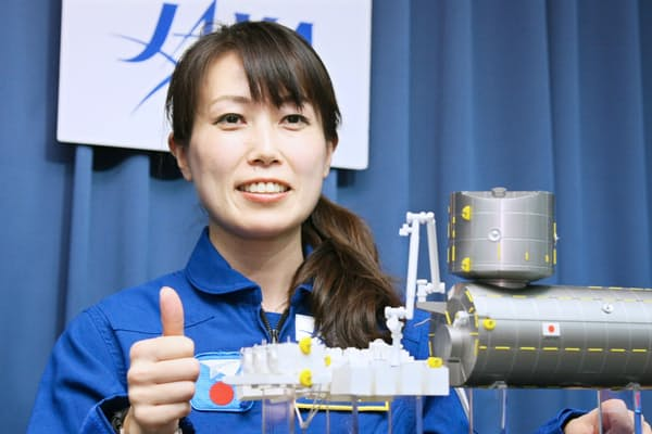宇宙へ飛び立つのを前に飛行服姿で記者会見した山崎直子氏(2009年12月)