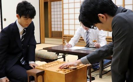 藤井7段(左)は6日の王座戦で斎藤慎太郎7段に敗れた。中村太地王座との5番勝負までまと2勝だったが、タイトル挑戦は持ち越しとなった(大阪市)