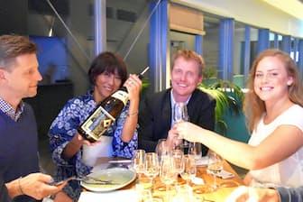 海外の富裕層に日本酒の魅力を伝える舘谷さん(左から2人目)
