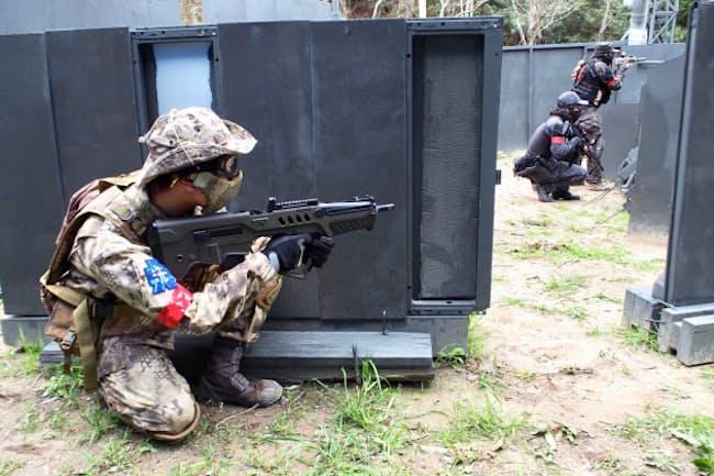 サバゲーは敵と味方に分かれて銃を撃ち合うゲーム。体に弾が当たると退場しなければならない