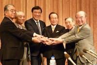 2010年、ハウステンボスの再建に乗り出すと決めた沢田氏(左から3人目)は地元の関係者とともに記者会見した