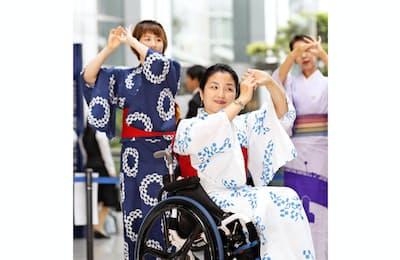 東京五輪音頭2020を踊るアスリートら。手前がパラリンピアンの田口亜希さん(6月26日、東京都新宿区)=共同