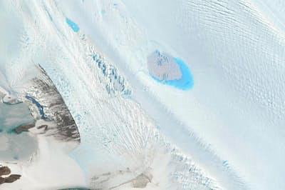 東南極のラングホブデ氷河の表面に点在する小さな湖(PHOTOGRAPH VIA DIGITALGLOBE VIA GETTY IMAGES)