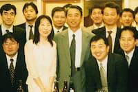 秘書課長時代にはトップの実行力を間近で垣間見た(中列の左から3人目が中村氏)