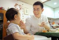 帰宅後、子供に食事を与える三井住友海上火災保険の和田真一さん