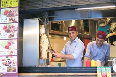「ケバブカフェ エルトゥールル」のオーナーのアリさん(左)と兄のアルペルさん(右)