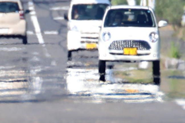 猛暑で路面に現れた逃げ水(18日、岐阜県揖斐川町)