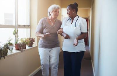 歩行中に同伴者に話しかけられた高齢者で、「話すために止まる人」と「歩きながら答える人」では、将来的に歩行機能や認知機能に大きな違いが出る可能性があるようだ。写真はイメージ=(c)ammentorp-123RF