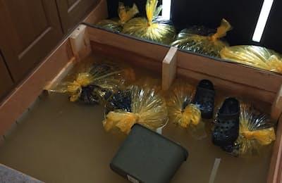 玄関の内側に水のうなどを置いて浸水に備えたが、床下浸水は免れなかった