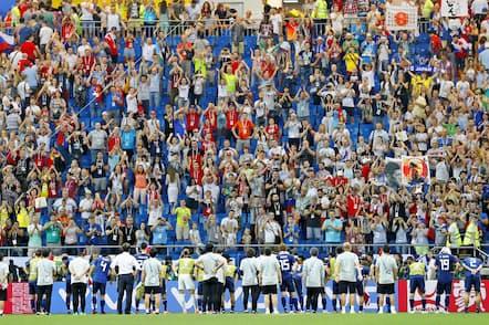 ベルギーに敗れた後、スタンドのサポーターにあいさつする日本代表(7月2日)=共同