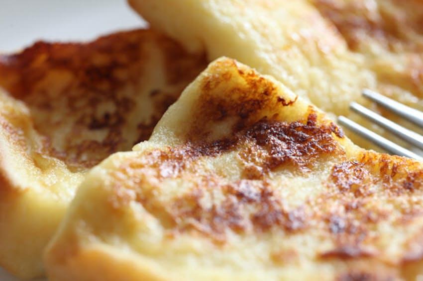 昔から慣れ親しんだ、食パンで作るフレンチトーストはブランチにぴったり=PIXTA