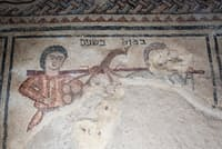 古代ヘブライ語で書かれているのは、「棒に下げ、2人で担ぐ」という言葉。モーセがカナンに送りこんだスパイが、2人がかりで運ばなければならないほどの大きなブドウを持ち帰ってきたとする旧約聖書の話を指すものだ(PHOTOGRAPH BY ODED BALILTY, NATIONAL GEOGRAPHIC)