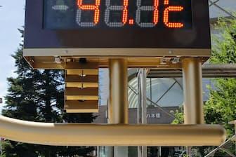 国内観測史上最高の気温「41.1度」を表示する埼玉県熊谷市内の温度計(23日午後2時28分)=共同