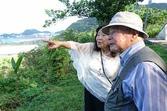「心の故郷」を訪ねる湾生の武石道男さん(手前)と竹中信子さん