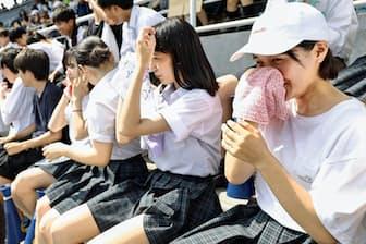 東京五輪・パラリンピックでは選手と観客を暑さからどう守るかが問われる(東京都江戸川区の高校野球予選の応援風景、7月19日)=共同