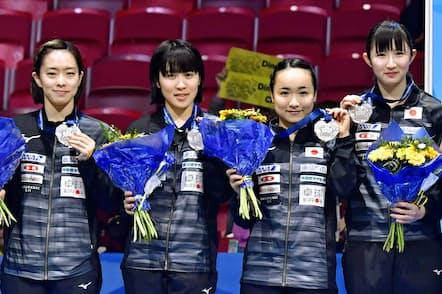 2018年の卓球の世界選手権団体戦で銀メダルを獲得した(左から)石川、平野、伊藤、早田。20年の東京五輪は3人しか出場できない=共同
