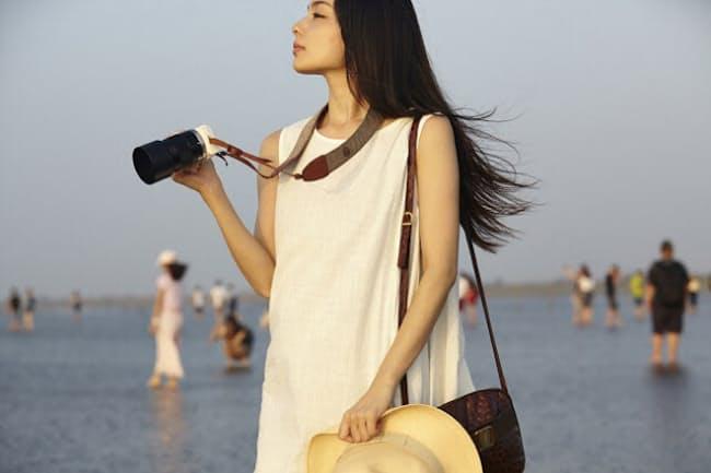 ひとり旅を軽やかに楽しむ女性が増えている(写真はイメージ=PIXTA)