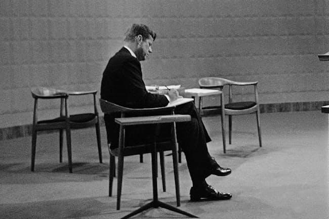1960年9月、米大統領選のテレビ討論会前に「ザ・チェア」に腰掛けて準備をするジョン・F・ケネディ=AP
