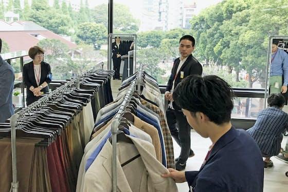 伊藤忠が東京本社に開設した「D+ラウンジ」。初日は伊勢丹新宿本店が販売会を開催した(25日、東京都港区)