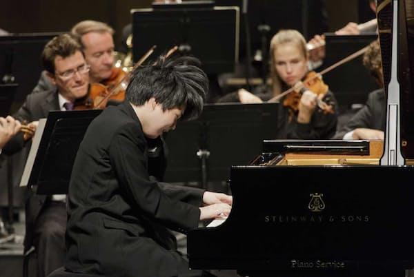 第27回クララ・ハスキル国際ピアノコンクール最終選考で協奏曲を弾く藤田真央(2017年8月25日、スイス・ブベー。写真提供=ジャパン・アーツ)