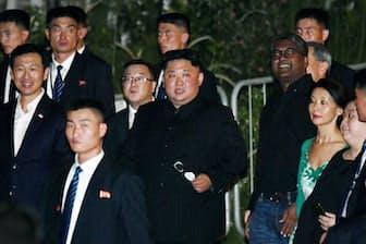 米朝首脳会談で訪れたシンガポール市内を散策する北朝鮮の金正恩委員長(中央)=為広剛撮影