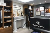 旗艦店の2階は寝室をイメージし、暖炉を模した棚などが置かれている