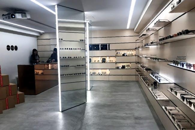 旗艦店ではサングラスを腕時計の約2倍となる約100種類そろえる