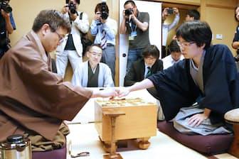 一冠に後退した羽生善治竜王(左)と初タイトルを獲得した豊島将之新棋聖 (17日、東京都千代田区)