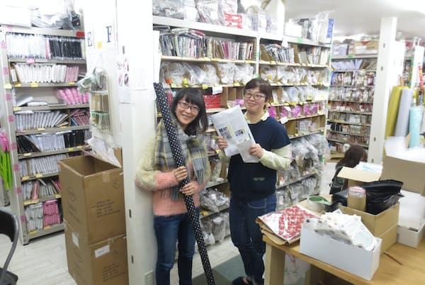MYmama のスタッフは全員手芸好き。社内には手芸用品がズラリと並び、お客さんに喜んでもらえるアイデアが詰まっている