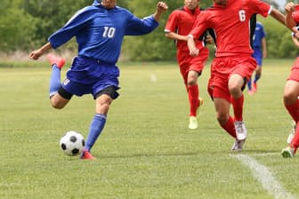 ラグビー・格闘技・サッカー…、他の選手との接触が多いスポーツでマウスガードを使う人が増えているという。写真はイメージ=PIXTA