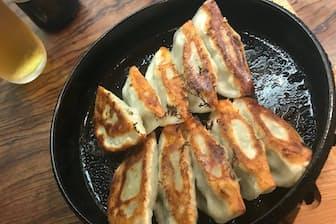 小ぶりの鉄なべに、一口サイズのギョーザが2列に並ぶのが基本形(池田屋の鉄板餃子黒崎店)