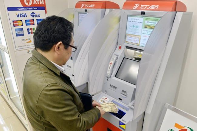 コンビニATMでお金を引き出すと手数料がかかる銀行が増える