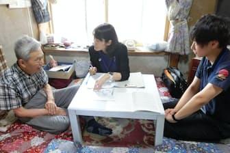 保健師と理学療法士が高齢者宅を訪問。運動などの指導を行う(長野県佐久市)