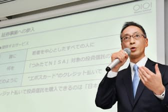 丸井グループは若者層の顧客基盤を生かし、証券業に参入する(写真は記者会見する青井社長、5月10日、東京都千代田区)