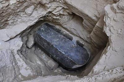 重さ約30トンの密閉された花こう岩の石棺(サルコファガス)。2000年以上前のものと推定されており、ネットでは棺に納められた人物に関する憶測が飛び交っている(PHOTOGRAPH VIA EGYPTIAN ANTIQUITIES MINISTRY , VIA AGENCE FRANCE-PRESSE - GETTY IMAGES)