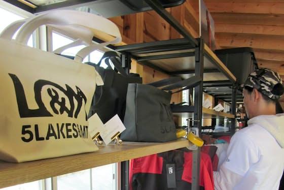 ログハウス調の店内にデザイン性の高い商品を並べる