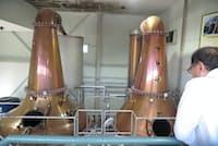 本坊酒造の間近で見学できるウイスキーの蒸留設備は製造期間中には香りなども楽しめる(長野県宮田村)
