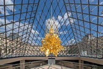 ルーヴル美術館のピラミッドに展示された「Throne2018」=撮影:Nobutada OMOTE/SANDWICH
